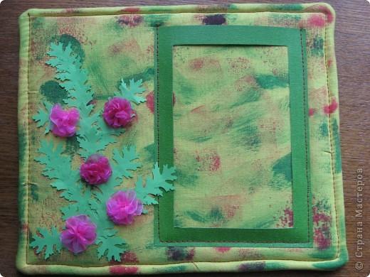 У нас с утра таАакой дождь льёт! Сижу дома, занимаюсь творчеством. По палитре (жёлтый, зелёный, красный, розовый) сотворила такую рамочку с самодельными шитыми цветами. На плотный картон (у меня от упаковки потолочной плитки) наложен флис (синтепона не оказалось), а сверху лоскут жёлтой ткани, всё подвёрнуто на изнанку и прошито на машинке. Ткань прочпокала губкой, смоченной красной и зелёной акриловой краской. фото 2