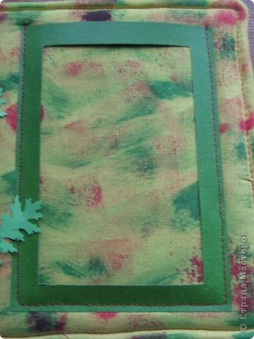 У нас с утра таАакой дождь льёт! Сижу дома, занимаюсь творчеством. По палитре (жёлтый, зелёный, красный, розовый) сотворила такую рамочку с самодельными шитыми цветами. На плотный картон (у меня от упаковки потолочной плитки) наложен флис (синтепона не оказалось), а сверху лоскут жёлтой ткани, всё подвёрнуто на изнанку и прошито на машинке. Ткань прочпокала губкой, смоченной красной и зелёной акриловой краской. фото 3