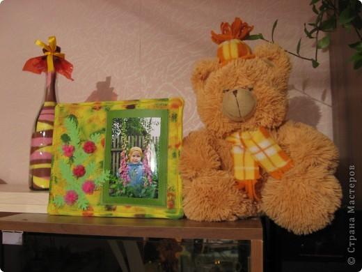 У нас с утра таАакой дождь льёт! Сижу дома, занимаюсь творчеством. По палитре (жёлтый, зелёный, красный, розовый) сотворила такую рамочку с самодельными шитыми цветами. На плотный картон (у меня от упаковки потолочной плитки) наложен флис (синтепона не оказалось), а сверху лоскут жёлтой ткани, всё подвёрнуто на изнанку и прошито на машинке. Ткань прочпокала губкой, смоченной красной и зелёной акриловой краской. фото 5