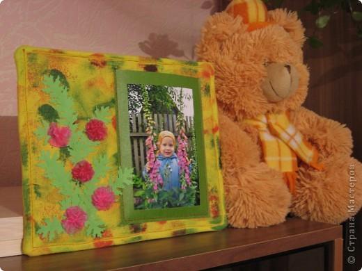 У нас с утра таАакой дождь льёт! Сижу дома, занимаюсь творчеством. По палитре (жёлтый, зелёный, красный, розовый) сотворила такую рамочку с самодельными шитыми цветами. На плотный картон (у меня от упаковки потолочной плитки) наложен флис (синтепона не оказалось), а сверху лоскут жёлтой ткани, всё подвёрнуто на изнанку и прошито на машинке. Ткань прочпокала губкой, смоченной красной и зелёной акриловой краской. фото 6