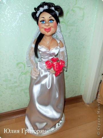 Мне заказали куклу невесту, которая будет сидеть спереди на машине. Пришлось поразмышлять над  образом, прическу сделала свою свадебную и вот что у меня вышло. Рост куклы 65 см. фото 2