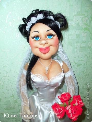 Мне заказали куклу невесту, которая будет сидеть спереди на машине. Пришлось поразмышлять над  образом, прическу сделала свою свадебную и вот что у меня вышло. Рост куклы 65 см. фото 3