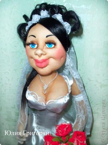 Мне заказали куклу невесту, которая будет сидеть спереди на машине. Пришлось поразмышлять над  образом, прическу сделала свою свадебную и вот что у меня вышло. Рост куклы 65 см. фото 4