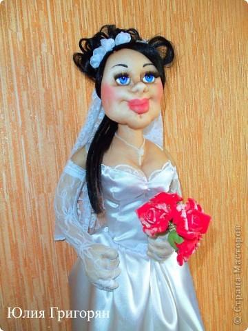 Мне заказали куклу невесту, которая будет сидеть спереди на машине. Пришлось поразмышлять над  образом, прическу сделала свою свадебную и вот что у меня вышло. Рост куклы 65 см. фото 1