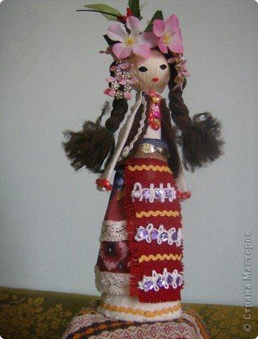 Основа этих кукол - деревянная ложка, впихнутая в бумажном конусе (из картона). Дальше одеваем основу в национальной одежде, приклеивая ткани, части одежды и украшения клеевым пистолетом.  Первые две - мои. фото 5