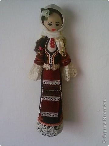 Основа этих кукол - деревянная ложка, впихнутая в бумажном конусе (из картона). Дальше одеваем основу в национальной одежде, приклеивая ткани, части одежды и украшения клеевым пистолетом.  Первые две - мои. фото 2