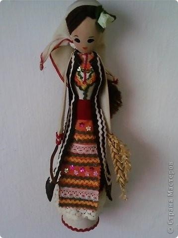 Основа этих кукол - деревянная ложка, впихнутая в бумажном конусе (из картона). Дальше одеваем основу в национальной одежде, приклеивая ткани, части одежды и украшения клеевым пистолетом.  Первые две - мои. фото 1