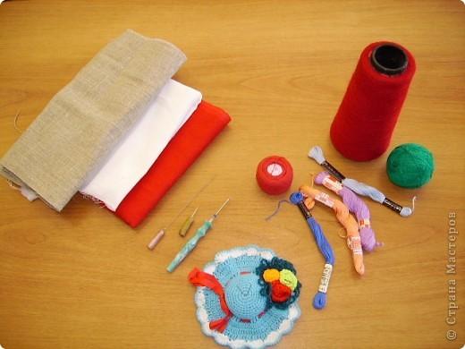 В домашних условиях изготавливают декоративные изделия, поверхность которых напоминает ковровую. Этого эффекта можно добиться различными способами. Один из них, самый несложный, заключается в выполнении петлистых стежков с помощью специального приспособления. фото 3