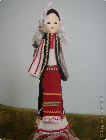 Основа этих кукол - деревянная ложка, впихнутая в бумажном конусе (из картона). Дальше одеваем основу в национальной одежде, приклеивая ткани, части одежды и украшения клеевым пистолетом.  Первые две - мои. фото 6