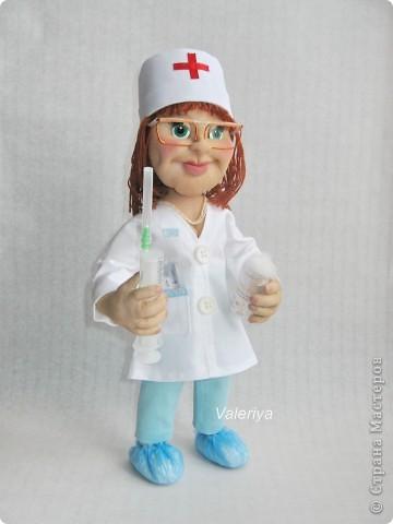 Подарок в кабинет детского хирурга. Дамочка должна была быть средних лет, с волевым подбородком. Кукла шилась авральными темпами, много явных огрех, но заказчик остался доволен, это самое главное. Все никак не могла придумать, что дать в руки кукле, да и времени на поиски подходящего реквизита не было. Спасибо Юле Григорян за идею со шприцом! фото 5