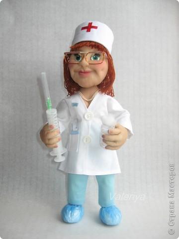 Подарок в кабинет детского хирурга. Дамочка должна была быть средних лет, с волевым подбородком. Кукла шилась авральными темпами, много явных огрех, но заказчик остался доволен, это самое главное. Все никак не могла придумать, что дать в руки кукле, да и времени на поиски подходящего реквизита не было. Спасибо Юле Григорян за идею со шприцом! фото 1