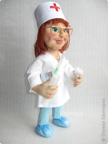 Подарок в кабинет детского хирурга. Дамочка должна была быть средних лет, с волевым подбородком. Кукла шилась авральными темпами, много явных огрех, но заказчик остался доволен, это самое главное. Все никак не могла придумать, что дать в руки кукле, да и времени на поиски подходящего реквизита не было. Спасибо Юле Григорян за идею со шприцом! фото 2