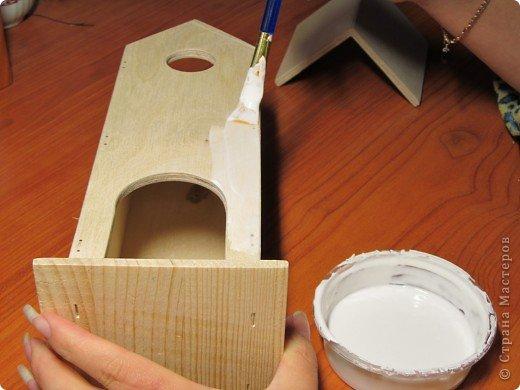 """Одной из моих работ является чайный домик """"Нежный крокус"""". Именно в этой работе я первый раз делала сложный, на мой взгляд, буквенный фон. Теперь хочу поделиться в Вами этапами работы и рассказать сразу об ошибках с которыми я столкнулась при этом. Была куплена деревянная заготовка чайного домика. Сначала я покрыла заготовку самодельной грунтовкой ПВА+вода+белый акрил (но, думаю, и покупная, ежели такая имеется у Вас в наличии, тоже сойдет). Если необходимо, шкурим заготовку, т.к. белье редко бывает идеально гладким (обычно есть дефекты, заусенцы всякие и пр.) фото 1"""