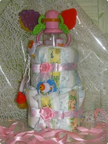 """Пока друзья не торопятся """"обмывать ножки"""" новорожденной дочки, я решила, помимо букета из конфет http://stranamasterov.ru/node/208901, сделать подарок для самой виновницы предстоящего торжества. Купила памперсов, бутылочку, соску с держателем, погремушку и прорезыватель зубов и оформила всё это хозяйство в виде тортика. Вот, что у меня получилось фото 1"""