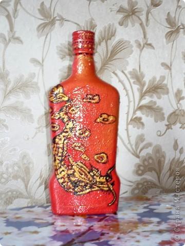"""""""Черный дракон""""Бутылка расписана акриловыми красками,черным и золотым контурами,вскрыта яхтным лаком. фото 1"""
