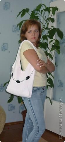 Вот такую сумочку связала я! Вязала к лету, насмотрешись работ мастериц. Выкройку брала вот здесь: http://stranamasterov.ru/node/78633?tid=451  Оказалось всё очень просто. В качестве декора пришила дочкины бусы. А для полной солидности, на внутреннюю сторону сумки пришила этикетку от старой кофты, получилось здорово! фото 3