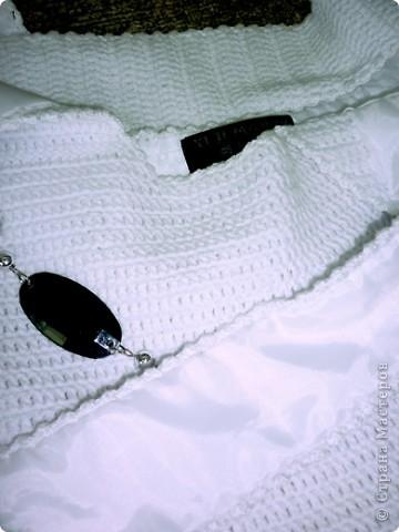 Вот такую сумочку связала я! Вязала к лету, насмотрешись работ мастериц. Выкройку брала вот здесь: http://stranamasterov.ru/node/78633?tid=451  Оказалось всё очень просто. В качестве декора пришила дочкины бусы. А для полной солидности, на внутреннюю сторону сумки пришила этикетку от старой кофты, получилось здорово! фото 6
