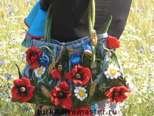 """Сумка """"Русское поле"""", сшита из верха фирменных джинс, украшена цветами, листьями,колосьями, фоном травы, выполненнных в технике мокрого валяния. фото 1"""