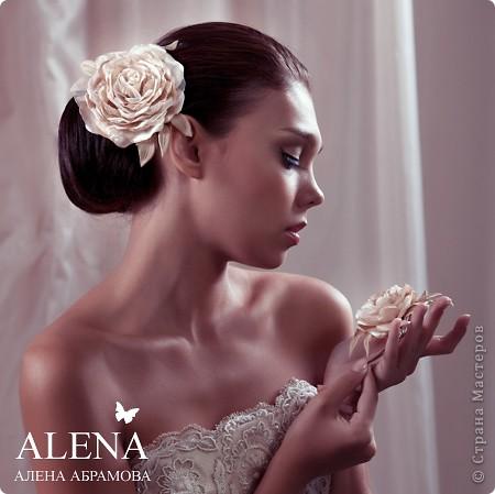 """Прошлым летом мне довелось сотрудничать со свадебный салоном. Для которого я делала цветы из ткани на платье. Платье было шикарное, но клиент пожелала дополнить его цветами.  В дополнение к цветам на платье я изготовила цветок в прическу и бутоньерку для жениха. Вот такой получился образ. На фото девушка-модель приглашенная свадебный салоном.  Мой сайт вы легко найдете, набрав в любом поисковике """"цветы Алёны Абрамовой"""". фото 1"""