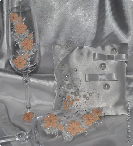 Решила сшить подушечку для колец. Для этого пришлось сначала 2 фужерчика украсить :) На этот раз богемское стекло. Особо нового ничего не придумывала. Сделала цветы, и украсила бокалы ими, завершила бисером, бусинками, немного контуром. фото 4