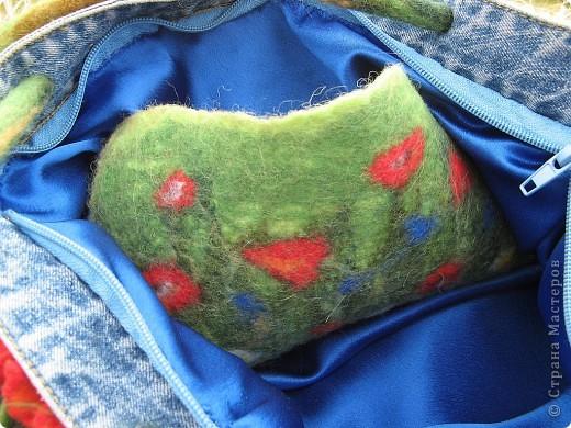 """Сумка """"Русское поле"""", сшита из верха фирменных джинс, украшена цветами, листьями,колосьями, фоном травы, выполненнных в технике мокрого валяния. фото 2"""