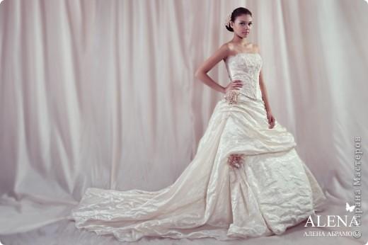 """Прошлым летом мне довелось сотрудничать со свадебный салоном. Для которого я делала цветы из ткани на платье. Платье было шикарное, но клиент пожелала дополнить его цветами.  В дополнение к цветам на платье я изготовила цветок в прическу и бутоньерку для жениха. Вот такой получился образ. На фото девушка-модель приглашенная свадебный салоном.  Мой сайт вы легко найдете, набрав в любом поисковике """"цветы Алёны Абрамовой"""". фото 3"""