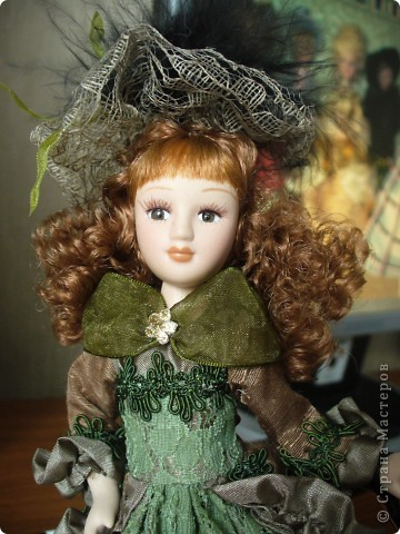 Дама в зеленом. Эту куколку мне выслали из г. Братск. Кукла по формату такая же, как дамы эпохи, только у нее акриловые глазки и реснички.  фото 2