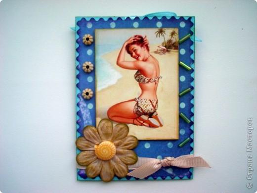 """Моя новая подарочная серия АТС """"Pin-up girl или девушки с обложки"""", давно хотела сделать карточки с этими красивыми девушками, в данной серии, в морском стиле!!! Возможно, будет и продолжение!!! Картинки распечатаны в типографии, цветочки готовые, в центре цветочков ракушки разных форм, выполнены на скрап бумаге!!!  Выбирают, если понравится: Ольга (helga-YAK), Юлечка (Yulia L), Катюша (Kateryna), Наташенька (na-ta-li), Татьяна Имполитова, Олечка (Захария), Алена (Алена Александровна) фото 2"""
