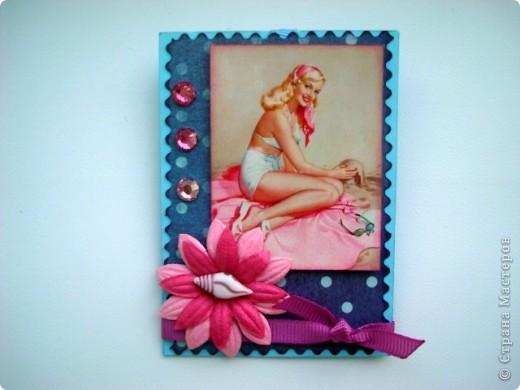 """Моя новая подарочная серия АТС """"Pin-up girl или девушки с обложки"""", давно хотела сделать карточки с этими красивыми девушками, в данной серии, в морском стиле!!! Возможно, будет и продолжение!!! Картинки распечатаны в типографии, цветочки готовые, в центре цветочков ракушки разных форм, выполнены на скрап бумаге!!!  Выбирают, если понравится: Ольга (helga-YAK), Юлечка (Yulia L), Катюша (Kateryna), Наташенька (na-ta-li), Татьяна Имполитова, Олечка (Захария), Алена (Алена Александровна) фото 3"""