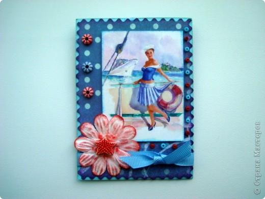 """Моя новая подарочная серия АТС """"Pin-up girl или девушки с обложки"""", давно хотела сделать карточки с этими красивыми девушками, в данной серии, в морском стиле!!! Возможно, будет и продолжение!!! Картинки распечатаны в типографии, цветочки готовые, в центре цветочков ракушки разных форм, выполнены на скрап бумаге!!!  Выбирают, если понравится: Ольга (helga-YAK), Юлечка (Yulia L), Катюша (Kateryna), Наташенька (na-ta-li), Татьяна Имполитова, Олечка (Захария), Алена (Алена Александровна) фото 7"""