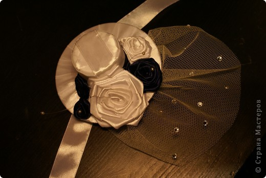 Вот такую шляпку сделала для себя, чтобы пойти на свадьбу к друзьям. Использовала сд-диск, обмотанный лентами и крышечку от краски для обуви)) сначала собиралась прикрепить ее на ободок, потом решила оставить ленточки по бокам - закрепить вокруг головы. Платье у меня как раз темно-синего цвета, как розочки на шляпке, а туфли - белые. фото 2