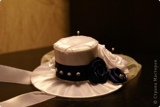Вот такую шляпку сделала для себя, чтобы пойти на свадьбу к друзьям. Использовала сд-диск, обмотанный лентами и крышечку от краски для обуви)) сначала собиралась прикрепить ее на ободок, потом решила оставить ленточки по бокам - закрепить вокруг головы. Платье у меня как раз темно-синего цвета, как розочки на шляпке, а туфли - белые. фото 3