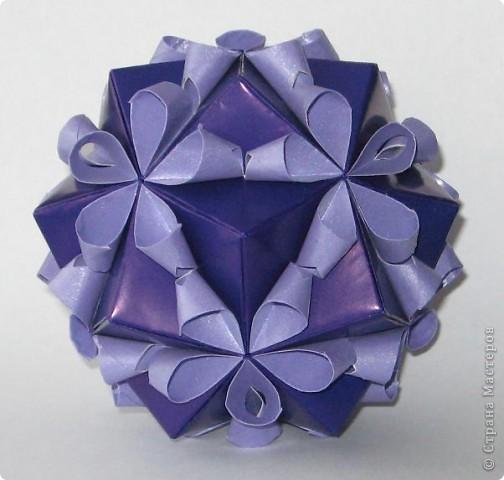 Привет! На днях крутила-крутила бумажку и само собой сложился модуль, похожий по принципу сборки на модули глобиков Т. Фусе. Представляю небольшой МК по сборке таких вот элегантных бантиков. В реале сиреневые бантики на фиолетовом фоне смотрятся намного симпатичнее.  Технические подробности: - 30 фиолетовых модулей, размер: 9,8 х 4,9 см - 30 сиреневых модулей, размер: 9,8 х 4,9 см в диаметре - 11 см  И еще - при сборке  я для прочности немного подклеивала модули. В ЖЖ предложили имя этой кусудаме - Valentine. Пожалуй так и оставим. Автор - Валентина Минаева (Valentina Minayeva) фото 2