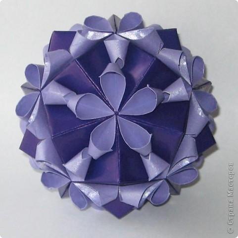 Привет! На днях крутила-крутила бумажку и само собой сложился модуль, похожий по принципу сборки на модули глобиков Т. Фусе. Представляю небольшой МК по сборке таких вот элегантных бантиков. В реале сиреневые бантики на фиолетовом фоне смотрятся намного симпатичнее.  Технические подробности: - 30 фиолетовых модулей, размер: 9,8 х 4,9 см - 30 сиреневых модулей, размер: 9,8 х 4,9 см в диаметре - 11 см  И еще - при сборке  я для прочности немного подклеивала модули. В ЖЖ предложили имя этой кусудаме - Valentine. Пожалуй так и оставим. Автор - Валентина Минаева (Valentina Minayeva) фото 1
