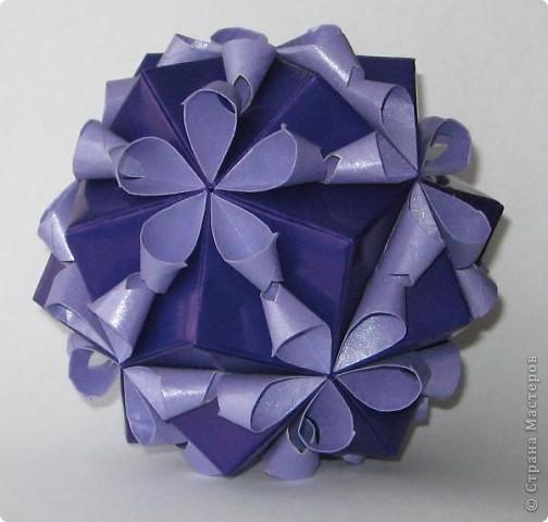 Привет! На днях крутила-крутила бумажку и само собой сложился модуль, похожий по принципу сборки на модули глобиков Т. Фусе. Представляю небольшой МК по сборке таких вот элегантных бантиков. В реале сиреневые бантики на фиолетовом фоне смотрятся намного симпатичнее.  Технические подробности: - 30 фиолетовых модулей, размер: 9,8 х 4,9 см - 30 сиреневых модулей, размер: 9,8 х 4,9 см в диаметре - 11 см  И еще - при сборке  я для прочности немного подклеивала модули. В ЖЖ предложили имя этой кусудаме - Valentine. Пожалуй так и оставим. Автор - Валентина Минаева (Valentina Minayeva) фото 3