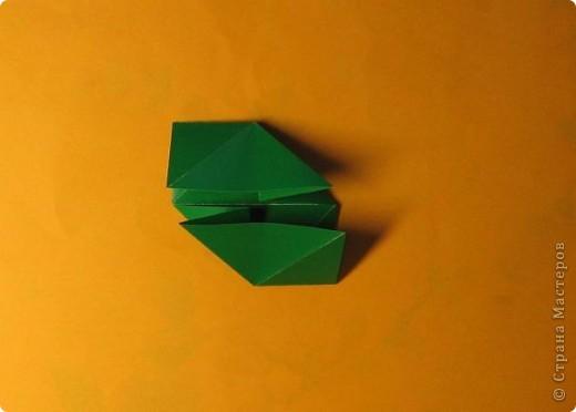 Привет! На днях крутила-крутила бумажку и само собой сложился модуль, похожий по принципу сборки на модули глобиков Т. Фусе. Представляю небольшой МК по сборке таких вот элегантных бантиков. В реале сиреневые бантики на фиолетовом фоне смотрятся намного симпатичнее.  Технические подробности: - 30 фиолетовых модулей, размер: 9,8 х 4,9 см - 30 сиреневых модулей, размер: 9,8 х 4,9 см в диаметре - 11 см  И еще - при сборке  я для прочности немного подклеивала модули. В ЖЖ предложили имя этой кусудаме - Valentine. Пожалуй так и оставим. Автор - Валентина Минаева (Valentina Minayeva) фото 8