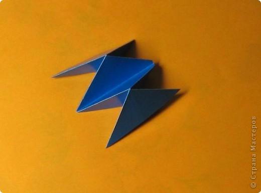 Привет! На днях крутила-крутила бумажку и само собой сложился модуль, похожий по принципу сборки на модули глобиков Т. Фусе. Представляю небольшой МК по сборке таких вот элегантных бантиков. В реале сиреневые бантики на фиолетовом фоне смотрятся намного симпатичнее.  Технические подробности: - 30 фиолетовых модулей, размер: 9,8 х 4,9 см - 30 сиреневых модулей, размер: 9,8 х 4,9 см в диаметре - 11 см  И еще - при сборке  я для прочности немного подклеивала модули. В ЖЖ предложили имя этой кусудаме - Valentine. Пожалуй так и оставим. Автор - Валентина Минаева (Valentina Minayeva) фото 12