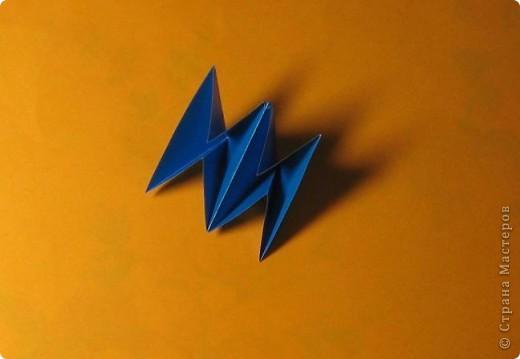 Привет! На днях крутила-крутила бумажку и само собой сложился модуль, похожий по принципу сборки на модули глобиков Т. Фусе. Представляю небольшой МК по сборке таких вот элегантных бантиков. В реале сиреневые бантики на фиолетовом фоне смотрятся намного симпатичнее.  Технические подробности: - 30 фиолетовых модулей, размер: 9,8 х 4,9 см - 30 сиреневых модулей, размер: 9,8 х 4,9 см в диаметре - 11 см  И еще - при сборке  я для прочности немного подклеивала модули. В ЖЖ предложили имя этой кусудаме - Valentine. Пожалуй так и оставим. Автор - Валентина Минаева (Valentina Minayeva) фото 13