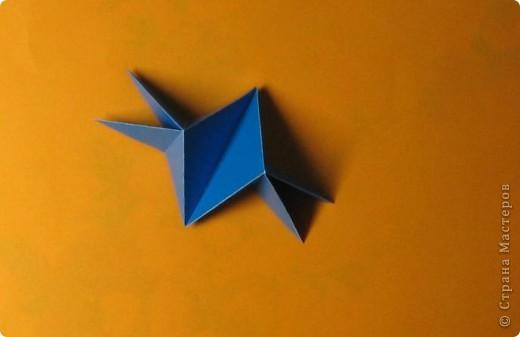 Привет! На днях крутила-крутила бумажку и само собой сложился модуль, похожий по принципу сборки на модули глобиков Т. Фусе. Представляю небольшой МК по сборке таких вот элегантных бантиков. В реале сиреневые бантики на фиолетовом фоне смотрятся намного симпатичнее.  Технические подробности: - 30 фиолетовых модулей, размер: 9,8 х 4,9 см - 30 сиреневых модулей, размер: 9,8 х 4,9 см в диаметре - 11 см  И еще - при сборке  я для прочности немного подклеивала модули. В ЖЖ предложили имя этой кусудаме - Valentine. Пожалуй так и оставим. Автор - Валентина Минаева (Valentina Minayeva) фото 14