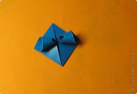 Привет! На днях крутила-крутила бумажку и само собой сложился модуль, похожий по принципу сборки на модули глобиков Т. Фусе. Представляю небольшой МК по сборке таких вот элегантных бантиков. В реале сиреневые бантики на фиолетовом фоне смотрятся намного симпатичнее.  Технические подробности: - 30 фиолетовых модулей, размер: 9,8 х 4,9 см - 30 сиреневых модулей, размер: 9,8 х 4,9 см в диаметре - 11 см  И еще - при сборке  я для прочности немного подклеивала модули. В ЖЖ предложили имя этой кусудаме - Valentine. Пожалуй так и оставим. Автор - Валентина Минаева (Valentina Minayeva) фото 16