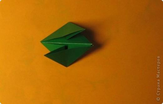 Привет! На днях крутила-крутила бумажку и само собой сложился модуль, похожий по принципу сборки на модули глобиков Т. Фусе. Представляю небольшой МК по сборке таких вот элегантных бантиков. В реале сиреневые бантики на фиолетовом фоне смотрятся намного симпатичнее.  Технические подробности: - 30 фиолетовых модулей, размер: 9,8 х 4,9 см - 30 сиреневых модулей, размер: 9,8 х 4,9 см в диаметре - 11 см  И еще - при сборке  я для прочности немного подклеивала модули. В ЖЖ предложили имя этой кусудаме - Valentine. Пожалуй так и оставим. Автор - Валентина Минаева (Valentina Minayeva) фото 17
