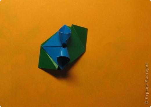 Привет! На днях крутила-крутила бумажку и само собой сложился модуль, похожий по принципу сборки на модули глобиков Т. Фусе. Представляю небольшой МК по сборке таких вот элегантных бантиков. В реале сиреневые бантики на фиолетовом фоне смотрятся намного симпатичнее.  Технические подробности: - 30 фиолетовых модулей, размер: 9,8 х 4,9 см - 30 сиреневых модулей, размер: 9,8 х 4,9 см в диаметре - 11 см  И еще - при сборке  я для прочности немного подклеивала модули. В ЖЖ предложили имя этой кусудаме - Valentine. Пожалуй так и оставим. Автор - Валентина Минаева (Valentina Minayeva) фото 18