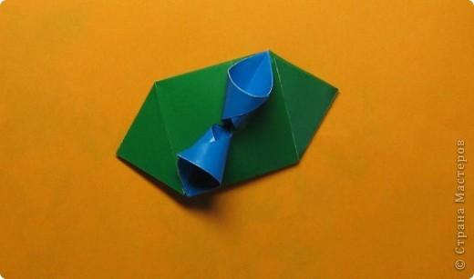 Привет! На днях крутила-крутила бумажку и само собой сложился модуль, похожий по принципу сборки на модули глобиков Т. Фусе. Представляю небольшой МК по сборке таких вот элегантных бантиков. В реале сиреневые бантики на фиолетовом фоне смотрятся намного симпатичнее.  Технические подробности: - 30 фиолетовых модулей, размер: 9,8 х 4,9 см - 30 сиреневых модулей, размер: 9,8 х 4,9 см в диаметре - 11 см  И еще - при сборке  я для прочности немного подклеивала модули. В ЖЖ предложили имя этой кусудаме - Valentine. Пожалуй так и оставим. Автор - Валентина Минаева (Valentina Minayeva) фото 19