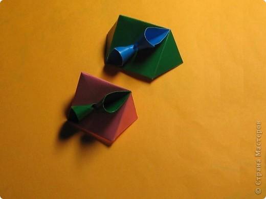 Привет! На днях крутила-крутила бумажку и само собой сложился модуль, похожий по принципу сборки на модули глобиков Т. Фусе. Представляю небольшой МК по сборке таких вот элегантных бантиков. В реале сиреневые бантики на фиолетовом фоне смотрятся намного симпатичнее.  Технические подробности: - 30 фиолетовых модулей, размер: 9,8 х 4,9 см - 30 сиреневых модулей, размер: 9,8 х 4,9 см в диаметре - 11 см  И еще - при сборке  я для прочности немного подклеивала модули. В ЖЖ предложили имя этой кусудаме - Valentine. Пожалуй так и оставим. Автор - Валентина Минаева (Valentina Minayeva) фото 21