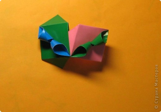 Привет! На днях крутила-крутила бумажку и само собой сложился модуль, похожий по принципу сборки на модули глобиков Т. Фусе. Представляю небольшой МК по сборке таких вот элегантных бантиков. В реале сиреневые бантики на фиолетовом фоне смотрятся намного симпатичнее.  Технические подробности: - 30 фиолетовых модулей, размер: 9,8 х 4,9 см - 30 сиреневых модулей, размер: 9,8 х 4,9 см в диаметре - 11 см  И еще - при сборке  я для прочности немного подклеивала модули. В ЖЖ предложили имя этой кусудаме - Valentine. Пожалуй так и оставим. Автор - Валентина Минаева (Valentina Minayeva) фото 22