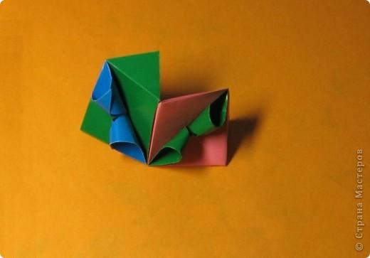 Привет! На днях крутила-крутила бумажку и само собой сложился модуль, похожий по принципу сборки на модули глобиков Т. Фусе. Представляю небольшой МК по сборке таких вот элегантных бантиков. В реале сиреневые бантики на фиолетовом фоне смотрятся намного симпатичнее.  Технические подробности: - 30 фиолетовых модулей, размер: 9,8 х 4,9 см - 30 сиреневых модулей, размер: 9,8 х 4,9 см в диаметре - 11 см  И еще - при сборке  я для прочности немного подклеивала модули. В ЖЖ предложили имя этой кусудаме - Valentine. Пожалуй так и оставим. Автор - Валентина Минаева (Valentina Minayeva) фото 23