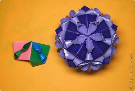 Привет! На днях крутила-крутила бумажку и само собой сложился модуль, похожий по принципу сборки на модули глобиков Т. Фусе. Представляю небольшой МК по сборке таких вот элегантных бантиков. В реале сиреневые бантики на фиолетовом фоне смотрятся намного симпатичнее.  Технические подробности: - 30 фиолетовых модулей, размер: 9,8 х 4,9 см - 30 сиреневых модулей, размер: 9,8 х 4,9 см в диаметре - 11 см  И еще - при сборке  я для прочности немного подклеивала модули. В ЖЖ предложили имя этой кусудаме - Valentine. Пожалуй так и оставим. Автор - Валентина Минаева (Valentina Minayeva) фото 25
