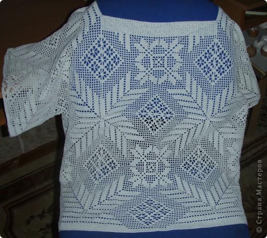 Кофточка ,к которой был связан первый берет) Схему взяла в старом мамином журнале по вязанию.Собрана из 10 квадратных мотивов. фото 1