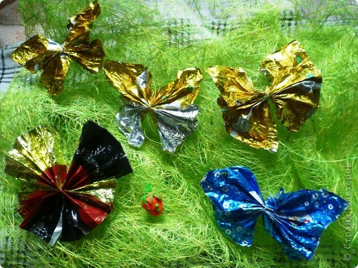 Вот такие бабочки к нам прилетели. Их сделал внук из конфетных обёрток.