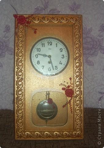 Нашла на чердаке у бабушки часы.Она покупала эти часы когда ей было 19 лет!!!!Представляете какого эти часики преклонного возраста!!! Конечно они были совсем не такие...потёртые и поломанные. Я покрасила их,сделала рамочку,по всей рамке проложила большие бусины,из пластики сделала большие розы. фото 1